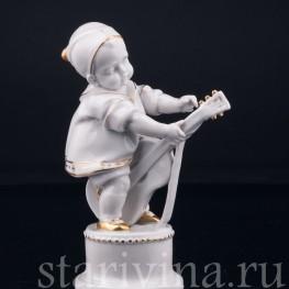 Статуэтка из фарфора Малыш с гитарой, Hertwig & Co, Katzhutte, Германия, 1920-30 гг.
