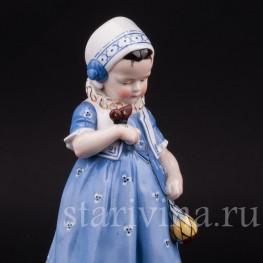 Фарфоровая статуэтка Девочка с бабочкой, Hertwig & Co, Katzhutte, Германия.
